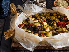 """Le verdure al cartoccio """"alla greca"""" sono cotte in forno e arricchite con feta, olive nere e capperi. Un ottimo primo piatto vegetariano!"""