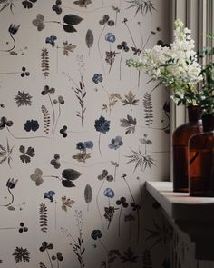 Delicate botanical leaves and flowers, the look is almost as pressed flowers. The wallpaper is called eco simplicity botanica. Wallpaper Travel, Print Wallpaper, Iphone Wallpaper, Wallpaper Wallpapers, Flowers Wallpaper, Botanical Wallpaper, Sweet Home, Flower Wall, Home Projects