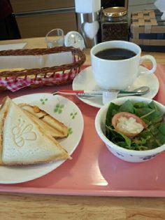 今日のお昼ご飯はホットサンドピザ味とブレンドコーヒーホットいただいています。