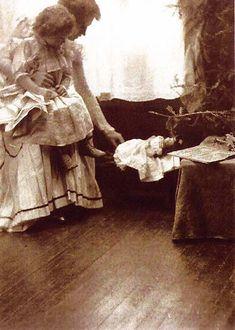 Gertrude Käsebier (née à Des Moines (Iowa) le 18 mai 1852, morte à New York le 13 octobre 1934): A Christmas Scene