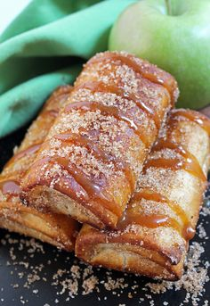 Caramel Apple Chimichangas Fall is a time of the year when we enjoy beautiful dishes . Delicious Caramel Apple Chimichangas dessert is one of them Tortilla Dessert, Köstliche Desserts, Delicious Desserts, Yummy Food, Tasty, Pozole, Tamales, Apple Recipes, Sweet Recipes