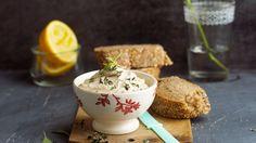 Ganz schnell vorbereitet: Sesamaufstrich mit Kräutern | http://eatsmarter.de/rezepte/sesamaufstrich-mit-kraeutern