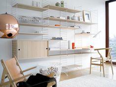 stringのウォールシェルフは、ワイヤーフレームと木製の棚板からデザインされた、ごくシンプルなつくり。古くからスウェーデンの生活に浸透してきました。