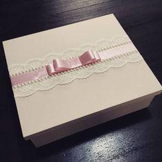 Por que cada momento vai ser lembrado com carinho... #ateliecrisetiago #casamento #caixacasamento #caixapadrinhos #caixamadrinhas #wedding #box #caixapersonalizada #icasei #casarnoes #noiva #noiva2015 #caixachandon #buquedenoiva #inesquecivelcasamento #chuvadenoivas #caixacomrenda #caixadeluxo #caixaemtecido #caixapersonalizada #caixaparavinho #bride #lembranca #lembrancinha #lembrancapadrinhos #lembrancamadrinha