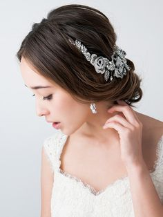 大きなビジューアクセを主役にした上品で華やかなパーティスタイル ウェディングドレス・カラードレスに合う〜アップの花嫁衣装の髪型まとめ一覧〜