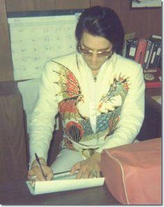 Photos Elvis Presley 1974 - créer diaporamas Elvis Presley: Detroit: vendredi, 4 Octobre 1974. L'Astrodome de Houston a été choisi par le colonel Parker d'être le premier lieu de Elvis à effectuer en dehors de Las Vegas. Ces photos sont de 3 Mars, 1974,...