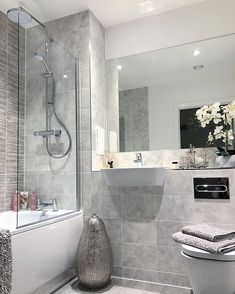 Bathroom flooring: know the main materials to coat - Home Fashion Trend Bathroom Red, Small Bathroom, Bathroom Styling, Bathroom Interior Design, White Apartment, Home Decor Trends, Bathroom Flooring, Bathroom Inspiration, Cheap Home Decor