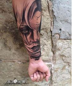 Gran trabajo de @deysitattoo en el interior de un antebrazo. Preciosa #catrina . Cara de chica realista con sonrisa clown y detalles de grietas en su parte derecha de la cara. Tendremos que esperar que Deysi acabe el brazo para contemplar la obra completa. #santcugat #barcelona #deysitattoo #realismo #realism #tatuatge #tattoo #tatuaje #girls #clown #blackandgrey #shades #ombres #sombras