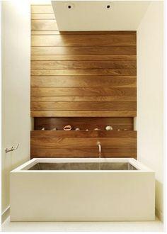 mur de rangement   ... pour les produits de bain intégrée dans le mur en bois…