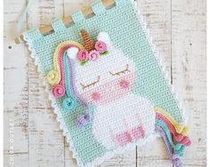 Crochet patterns par Chicaoutlet sur Etsy Crochet Wall Art, Crochet Wall Hangings, Crochet Home Decor, Tapestry Crochet, Patron Crochet, Unicorn Wall, Unicorn Party, Rainbow Crochet, Crochet Unicorn