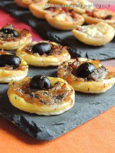 An idea to present in mini version for aperitif, mini tartlets with caramelized onions and anchovies, pissaladière style. Only regret, not having done more, these small bites leave like hotcakes! For about twenty mini … Tapas, Easy Cooking, Cooking Recipes, Mini Tartlets, Fingers Food, Vol Au Vent, Appetizers For Party, Quiche, Food Inspiration