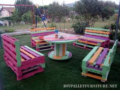 Pallet Outdoor Furniture Renovate your outdoor, indoor, bedroom and your beloved one room with these beautiful colorful wooden pallet furniture ideas provided by us. Pallet Garden Furniture, Outdoor Furniture Plans, Pallet Patio, Reclaimed Wood Furniture, Deck Furniture, Furniture Ideas, Repurposed Furniture, Garden Pallet, Pallet Bench