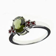 Prsten s broušeným vltavínem a granáty Velikost vltavínu: 10×8 mm Hmotnost celkem: 4,04 g Velikost prstenu: 56 Materiál: Stříbro 925/1000, rhodiovaný povrch zabraňující oxidaci a černání Garnet, Plating, Silver Rings, Engagement Rings, Sterling Silver, Jewelry, Grenades, Granada, Enagement Rings