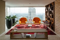 Architect Flavio Castro of FCstudio worked to update the Ibirapuera apartment, a modern flat overlooking São Paulo's Ibirapuera Park. Home Design, Living Room Decor, Living Spaces, Womb Chair, Parking Design, Beautiful Space, Interior Design Inspiration, Interiores Design, Midcentury Modern