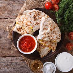 Quesadillas de pollo, queso y guacamole: Si os atrevéis con esta deliciosa receta de quesadillas de pollo, queso y guacamole seguro que a partir de ahora la haréis más de una vez. Es una receta fácil, sabrosa y muy resultona