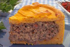 torta de abóbora e carne,travessa azul,pimenta vermelha