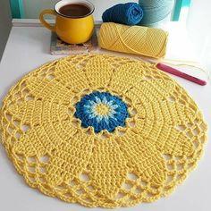 No photo description available. Crochet Mandala Pattern, Macrame Patterns, Crochet Squares, Crochet Patterns, Crochet Dollies, Cute Crochet, Peacock Embroidery Designs, Crochet Dreamcatcher, Crochet Carpet