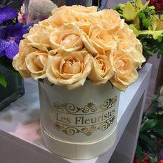 #FlowersInABox #ανθοσύνθεση #ανθοπωλείο #lesfleuristes #διακόσμηση #καπελιέρα #λουλούδια Flower Boxes, Flowers, Mugs, Tableware, Food, Window Boxes, Dinnerware, Florals, Tablewares