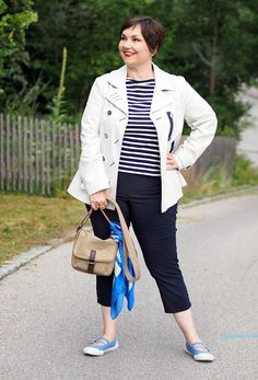 Marinelook: Streifenshirt, Caprihose, helle Caban-Jacke. Tuch von Lanvin