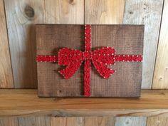 Ce cadeau de Noël string art est un tel plaisir pièce à ajouter à votre décor des fêtes ! Qui n'aime pas la vue d'un cadeau joliment emballé avec ruban rouge et d'un noeud ? Chaîne de mesure de l'art : 9 x 6.5 Chaîne art est livré prêt à raccrocher. Chaque élément est fabriqué sur commande. Sil vous plaît permettre 2-3 semaines pour lachèvement et la livraison de lélément. Expédiera USPS avec un numéro de confirmation. * Veuillez noter que vous ne recevront pas larticle dans limage mais ...
