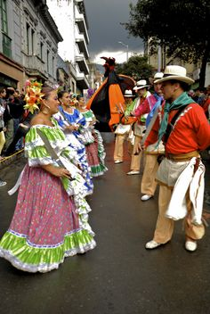 Las danzas típicas colombianas se tomaron las calles de Bogotá, para abrir las puertas del Festival Iberoamericano de Teatro. vía EL TIEMPO