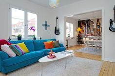 Abuse e use: mantenha as paredes neutras e exagere na cor dos móveis.