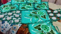 Jogo de capa de cadeira e centro de mesa em tear com pintura e crochê com flores....   #CátiArtes  #TeArts https://www.facebook.com/catiartesnapk2014