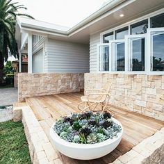 Using a mix of materials is just one way to put a modern twist on the classic Hamptons look! For more, click the link in our bio. Renovation via @kyalandkara #australianhomes #renovationgoals #exteriordesign #facades