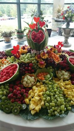 Fruit table decorations buffet veggie display new Ideas Fruit Tables, Fruit Buffet, Fruit Trays, Food Buffet, Buffet Tables, Dessert Tables, Fruit Display Wedding, Fruit Wedding, Party Wedding