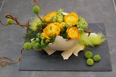 Gele bloemen, voor prachtige decoraties op de eettafel. Easter Flower Arrangements, Easter Flowers, Flower Centerpieces, Flower Decorations, Floral Arrangements, Deco Floral, Arte Floral, Ikebana, Fleur Design