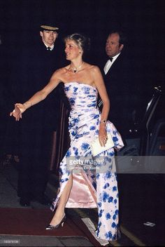 Diana, Princess of Wales, attends a performance of 'Romeo and Juliet' a the Royal Opera House in Covent Garden on January 1989 in London, England. Get premium, high resolution news photos at Getty Images Princess Diana Fashion, Princess Diana Pictures, Lady Diana Spencer, Royal Princess, Princess Of Wales, Princess Meghan, Princesa Real, Princes Diana, Charles And Diana