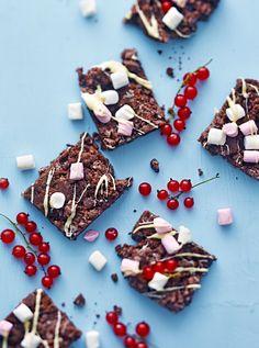 Ilman uunia valmistuvat browniet ovat kiireisen leipurin pelastus! Valmistukseen tarvitaan vain kolme ainesosaa: keksejä, voita ja vaahtokarkkeja.