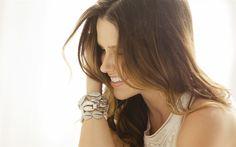 Descargar fondos de pantalla Sophia Bush, retrato, sonreír, actriz, mujer hermosa, vestida de blanco