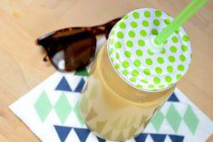Eiskaffee - perfekt für den Kaffee-Junkie, mit Haselnussmilch & selbstgemachten Karamell-Sirup. Einfach, vegan & lecker - und weckt Urlaubsgefühle an Spätsommertagen.  #vegan #whatveganseat #sommer #veganerezepte #rezepte #foodblog #veganblog #coffee Vegan Blog, Desserts, Syrup Recipes, Vegane Rezepte, Kuchen, Iced Coffee, Caramel, Vegan Dishes, Homemade