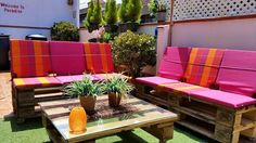 These 104 unique DIY pallet sofa ideas are exclusively for those who have not the patience for outdoor relaxing and daydreaming and want to be in garden Outdoor Sofa, Outdoor Furniture Sets, Outdoor Decor, Patio Grande, Pallet Ideas Easy, Palette Diy, Diy Pallet Sofa, Red Cushions, Shed Plans