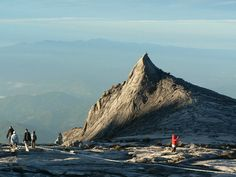 A+Kinabalu+hegy+sok+Borneóba+látogató+turista+bakancslistáján+szerepel.+4096+méteres+magasságával+ez+Dél-KeletÁzsia+legmagasabb+hegycsúcsa+és+a+világ+legmagasabb+via+ferrátája+is+a+hegyen+található.+A+hegymászás+2+napos+túra+keretében+zajlik+a+Kinabalu+Park+területén,+ami+a+világörökség+része.