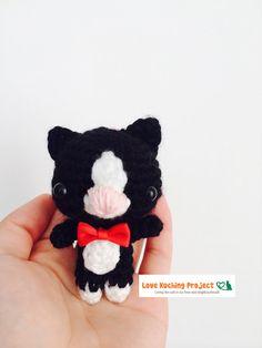 He encontrado este interesante anuncio de Etsy en https://www.etsy.com/es/listing/200308925/crochet-cat-keychain-amigurumi-black