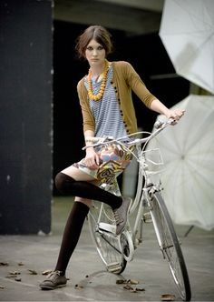Girl on bicycle Cycle Chic, Girls Mac, Bicycle Store, Velo Vintage, Vintage Bikes, Bicycle Girl, Bike Style, Bike Accessories, Up Girl
