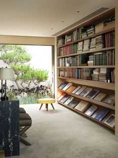 Library with space for magazine display: Steven Meisel Renovates a Midcentury House in Los Angeles : Architectural Digest. I need this in my house Architectural Digest, Home Library Design, Book Design, Design Desk, Modern Library, Library Ideas, Beverly Hills Houses, Interior Architecture, Interior Design