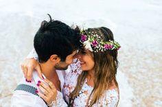 Confira a inspiração da linda sessão fotográfica na praia, realiza pelos noivos Thais e Rodrigo.