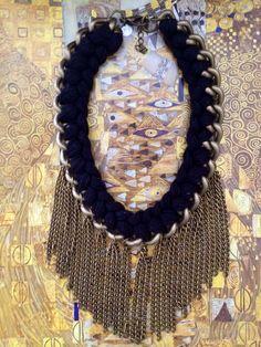 Colar Leticia com trança linha e franja correntes ouro velho.