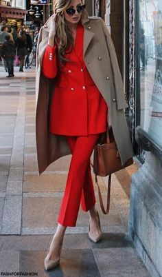Bright red power suit and trench coat street style Classy Outfits, Chic Outfits, Fashion Outfits, Fashion Trends, Fashion Ideas, Summer Outfits, Fashion Bloggers, Work Fashion, Fashion Looks