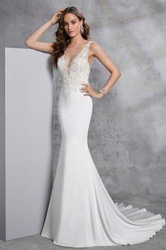 d112d37592 Lágy esésű, a test vonalát lazán követő sellő fazonú menyasszonyi ruha  különleges V-nyakkivágással, illúzió részletekkel. Az esküvői ruha pántos  hátmegoldás ...