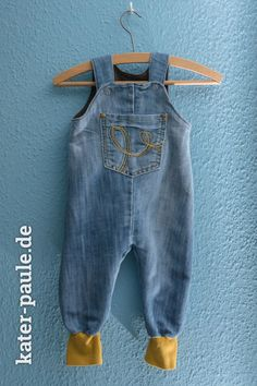 Papas Altkleider became Baby Wardrobe - Kater Paule Strampelhose Klimperklein Jeans Baby Clothes Patterns, Cute Baby Clothes, Clothing Patterns, Diy Clothes, Clothes Storage, Vêtements Goth Pastel, Baby Outfits, Kids Outfits, Refashioned Clothes