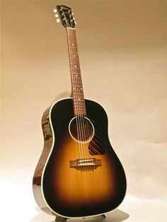 Gibson Custom Shop J-45 (2006) : Adirondack Spruce top, Quilted Maple back & sides.