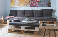 Sofę i stolik kawowy zrobiono z europalet. - zdjęcie