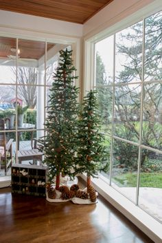 Decorate a hallway with tall trees and natural pine cones. Spite House, Christmas Decorations, Holiday Decor, Entrance Hall, Hallway Decorating, Blue Design, Simple Christmas, Pine Cones, Cheer