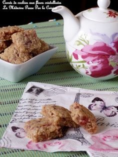 Cookies carrés aux fleurs Cookies, Cake, Tableware, Tea Biscuits, Gifts, Flowers, Kitchens, Crack Crackers, Dinnerware