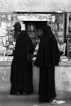 Muslim women at Azhar library ~ Karbala Photography, Arab Celebrities, Islam Women, Islamic Wallpaper, Book Wallpaper, Arabian Beauty, Hijab Niqab, Arab Fashion, Muslim Girls