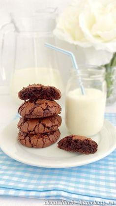 """Я бы даже сказала, что это СУПЕР шоколадное печенье, потому что в рецепте есть черный шоколад, темное какао и шоколадные капли. Это печенье наверняка оценят все любители сладкого. Мой сын, которому в общем-то, нравится все что я готовлю, именно про это печенье сказал:"""" Мама, это самое вкусное печенье, которое ты делала!"""" И добавил:"""" А можно сделать так, чтобы это печенье никогда не заканчивалось?"""":) No Bake Desserts, Easy Desserts, Dessert Recipes, Bakery Recipes, Cookie Recipes, Baking With Coconut Flour, Galletas Cookies, Saveur, Chocolate Recipes"""